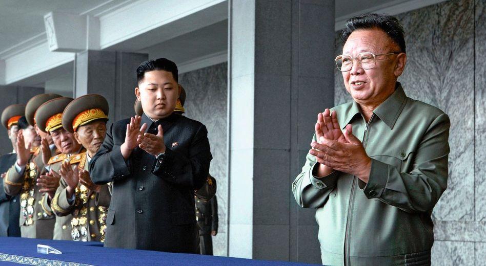 Führer Kim Jong Il (r.), Aufsteiger Kim Jong Un in Pjöngjang am 10. Oktober: Einmal mehr die ganze Welt erschreckt