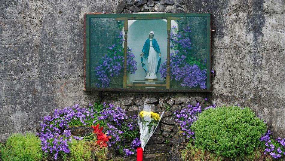 Ein Schrein am Massengrab für Kinder am Ort des früheren Mutter-Kind-Heimes im irischen Tuam