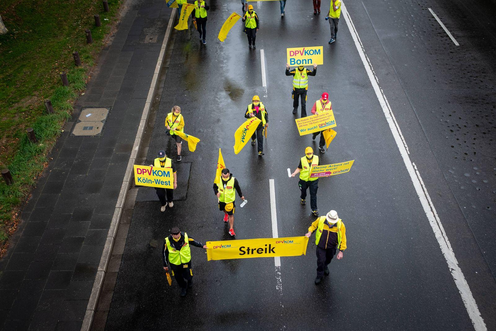 Mitarbeiter der Deutschen Post streiken am 03.09.2020 vor dem Posttower in Bonn Mitarbeiter der Deutschen Post streike v