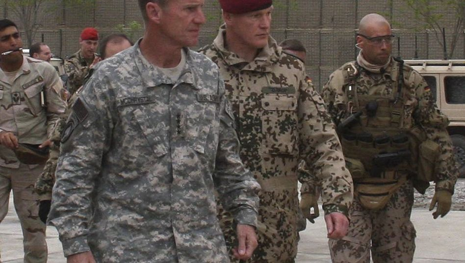 Nato-Kommandeur McChrystal mit deutschem Oberst Zudrop: Trost vom US-General