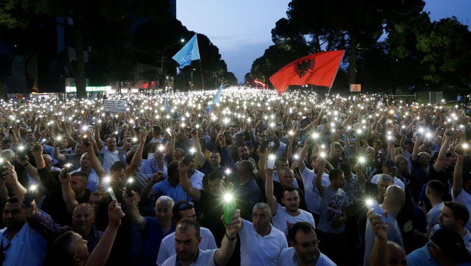Oppositionelle protestieren in Tirana gegen die Regierung Rama