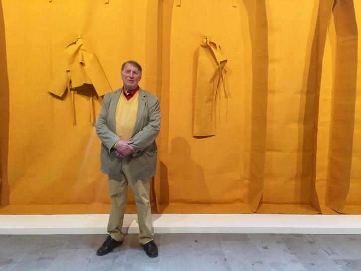 Künstler Franz Erhard Walther steht vor seinem Werk