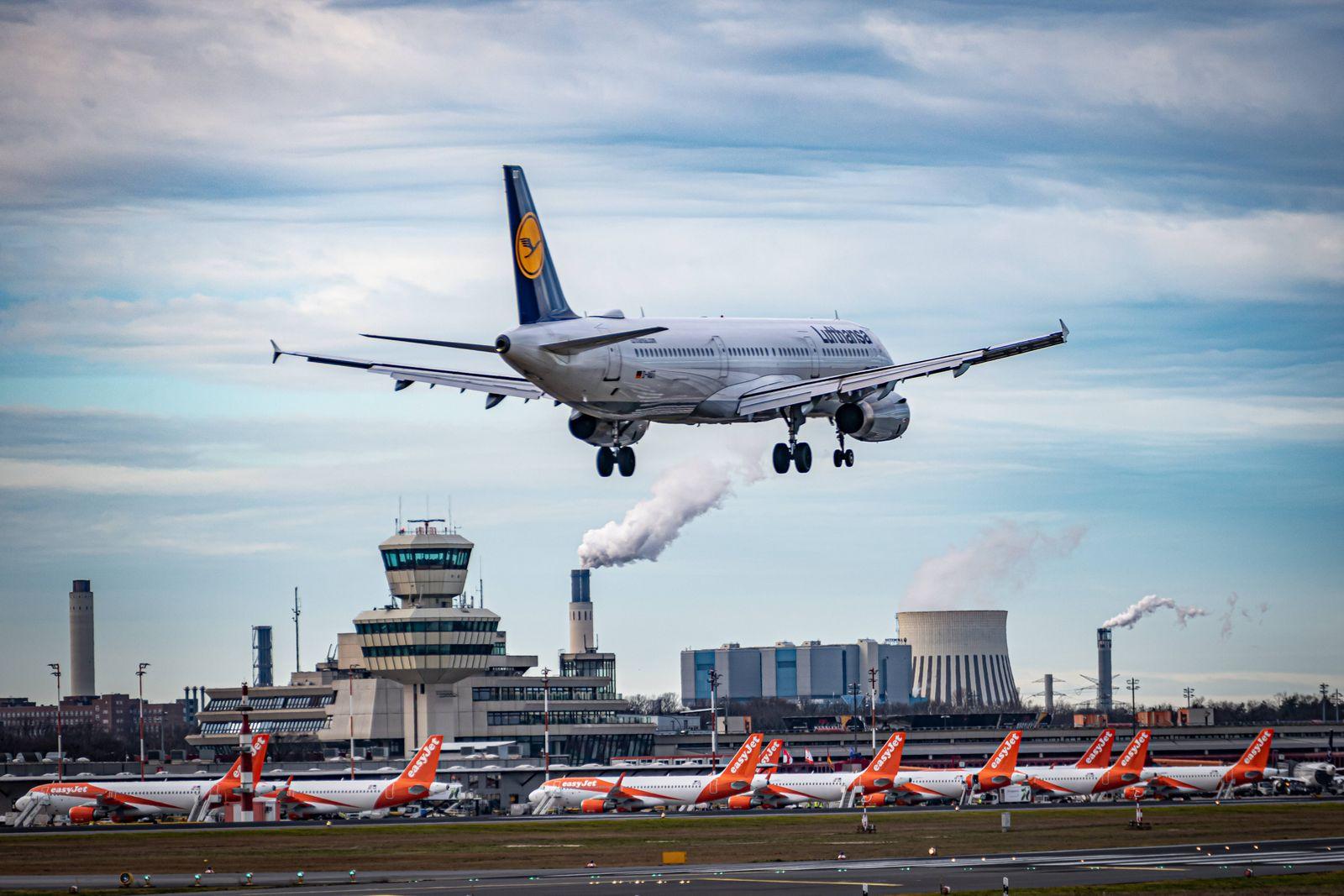 Berlin Reinickendorf OT Tegel, Flughafen Berlin Tegel TXL, Flugzeug im Anflug Berlin *** Berlin Reinickendorf OT Tegel,