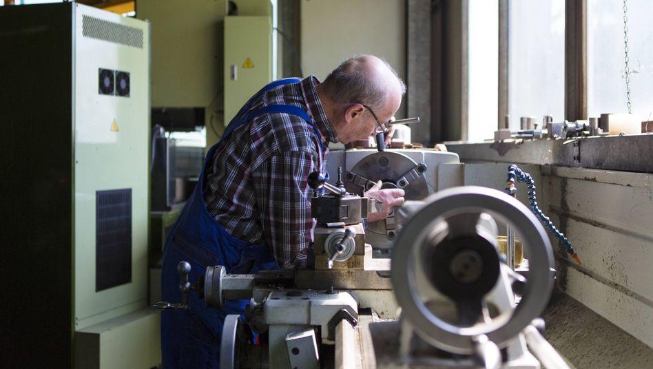 Mitarbeiter in Maschinenbauteil-Betrieb in Sigmaringen
