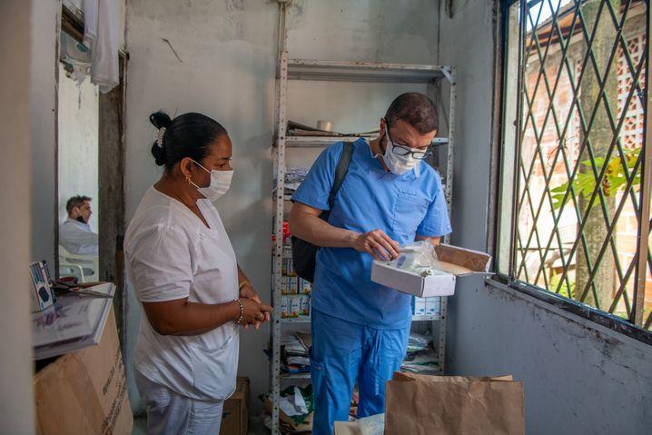 Camilo Pietro mit einer Krankenschwester in Bazán