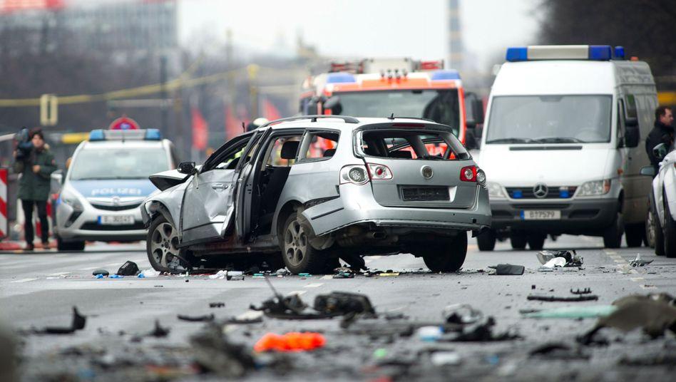 Berliner Innenstadt: Auto explodiert während der Fahrt - ein Toter