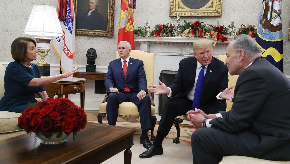 """Nancy Pelosi und Chuck Schumer (r.) mit Donald Trump (2.v.r.) und US-Vizepräsident Mike Pence im Weißen Haus (Dezember 2018): """"Epidemie von Mord und Chaos"""""""