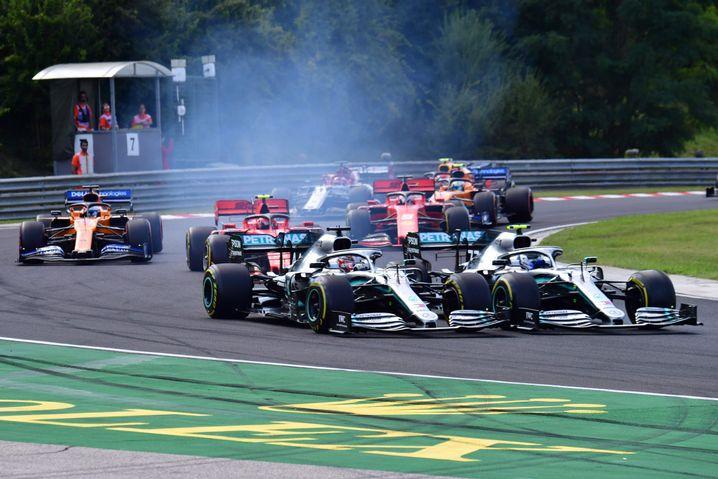 Die Mercedes-Piloten Lewis Hamilton und Valtteri Bottas berührten sich bereits in Runde eins