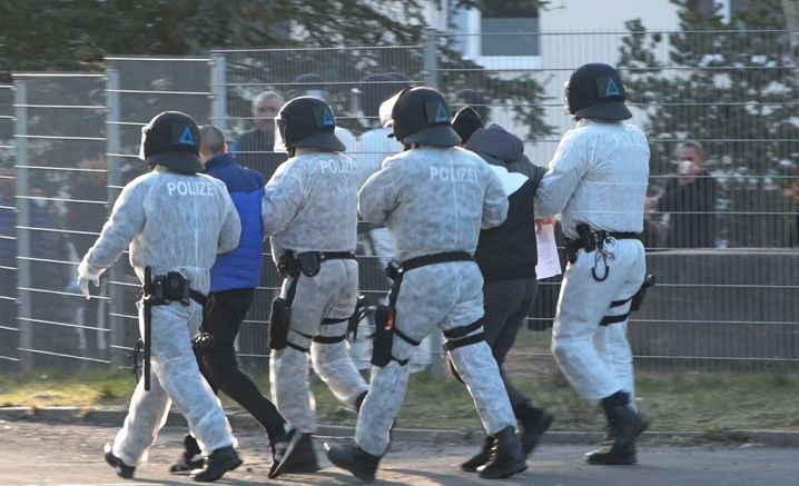 Polizisten in Schutzkleidung bei dem Protest in Suhl