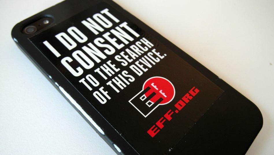 """Smartphone mit EFF-Aufkleber: """"Ich stimme der Durchsuchung dieses Geräts nicht zu"""""""