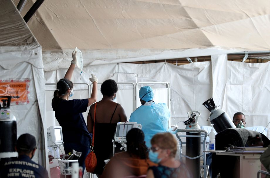 Medizinisches Personal versorgt Kranke auf dem Parkplatz eines Krankenhauses in Pretoria, Südafrika. Viele Kliniken sind in der Pandemie an ihre Grenzen gelangt.