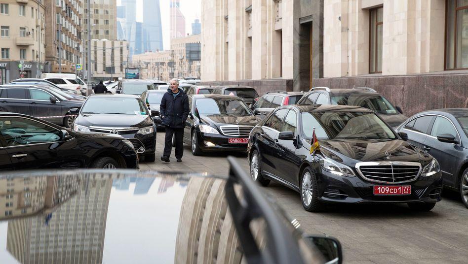 Autos und Limousinen von eingeladenen Botschaftern vor russischen Außenministerium