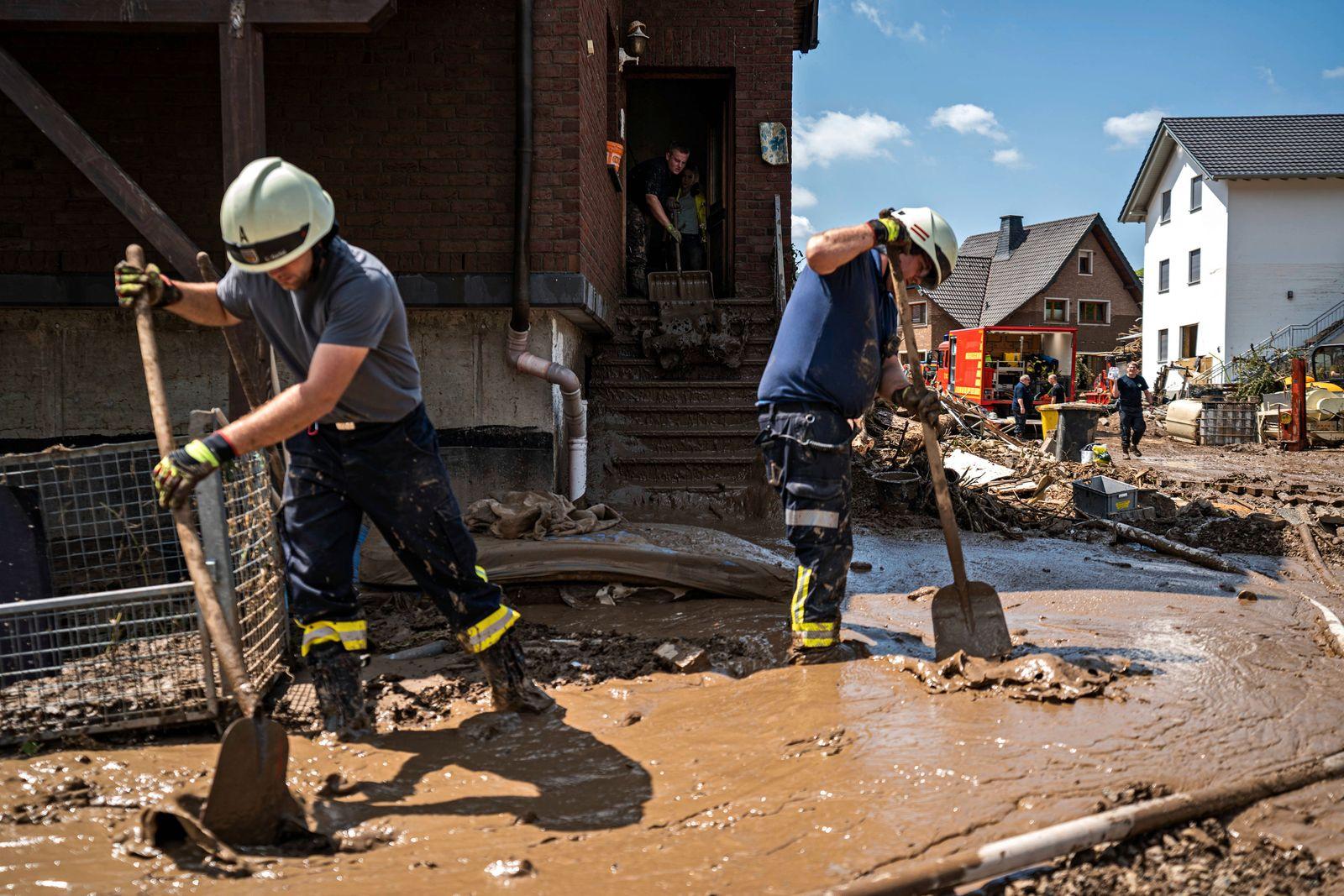 Aufräumarbeiten nach dem Hochwasser Bewohner und Feuerwehr tragen Schlamm in der Stadt Marienthal ab. Am 14.07.2021 kam