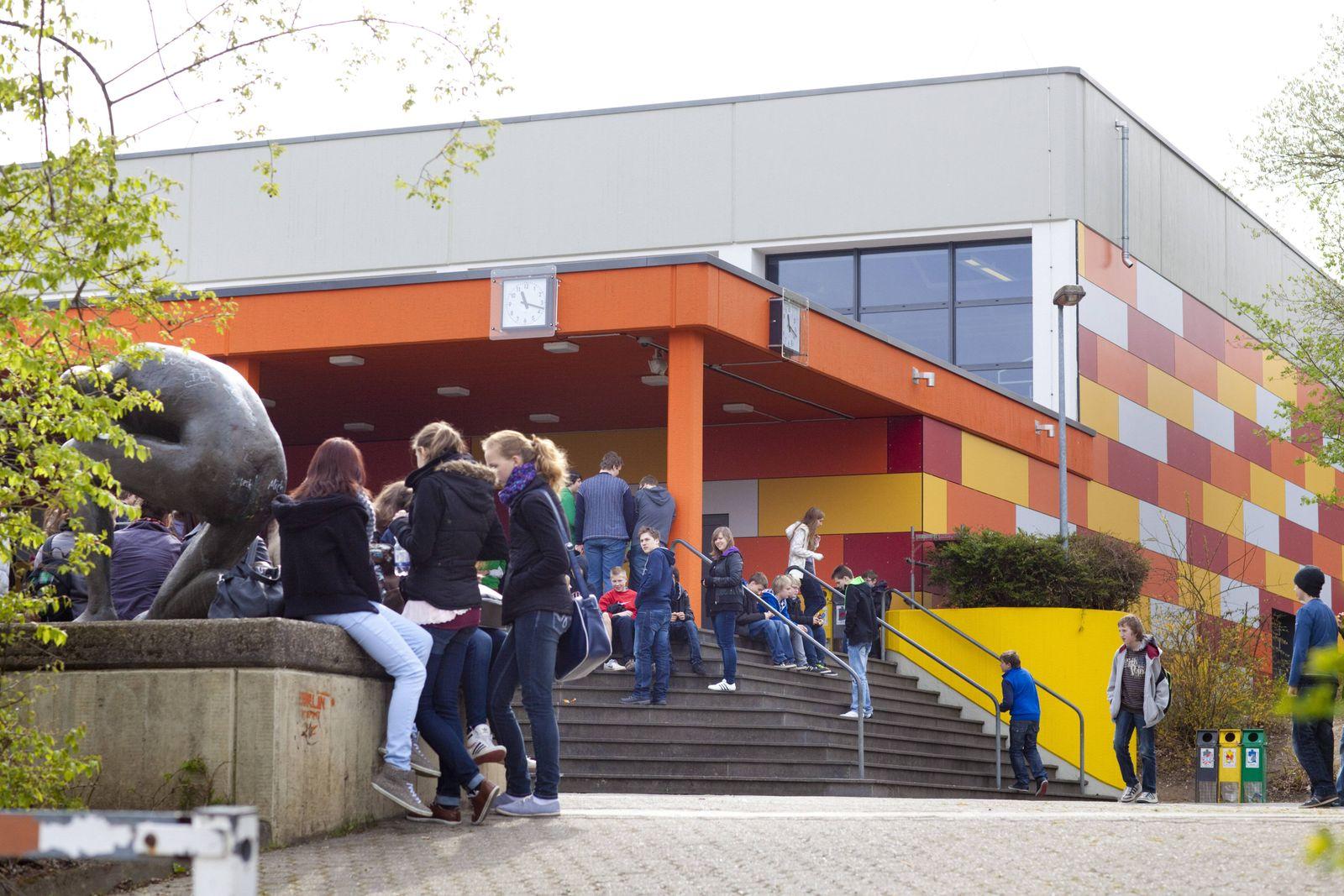 Schueler waehrend der Pause auf dem Schulhof Oberpleis Deutschland 17 04 2012 Oberpleis Deu