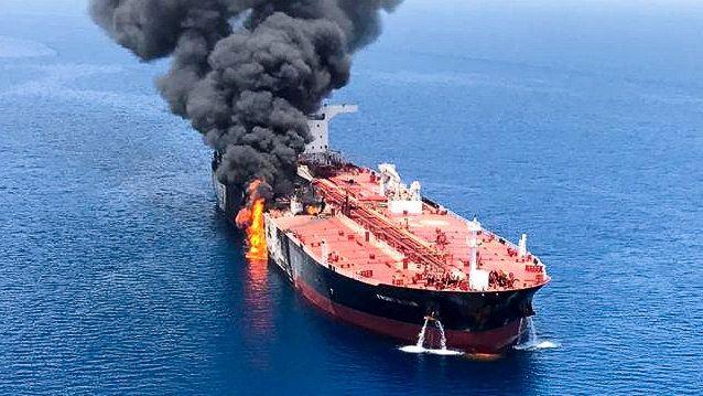 """""""Front Altair"""" in Brand: Die havarierten Frachter nehmen Kurs auf Fudschaira."""
