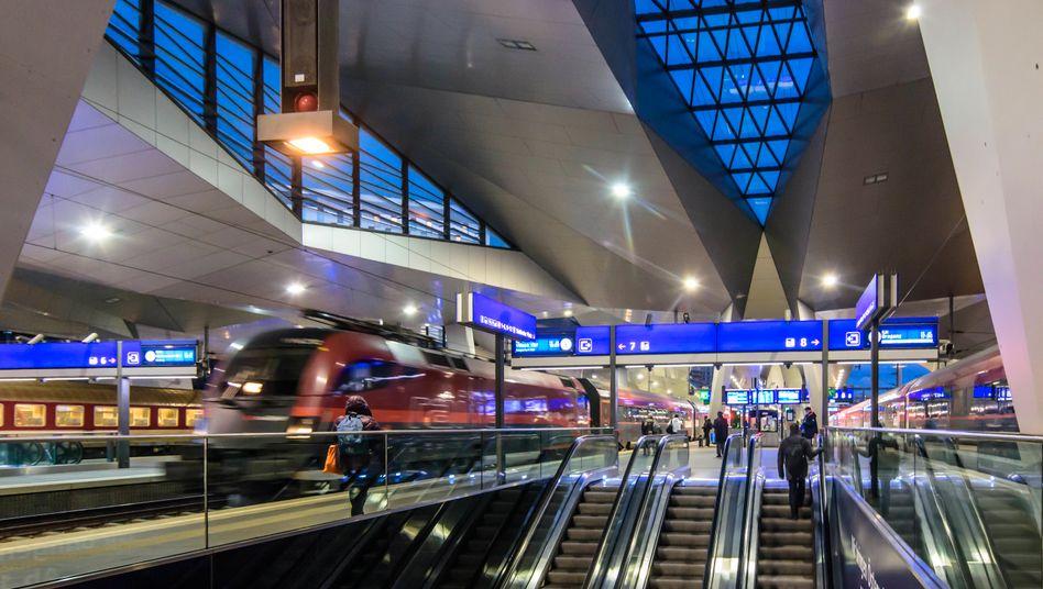 Für drei Euro pro Tag vom Wiener Hauptbahnhof aus quer durch Österreich: Diesen Plan verfolgt Österreichs Verkehrsministerin mit dem 1-2-3-Euro-Ticketmodell. Doch was würde das in Deutschland kosten?