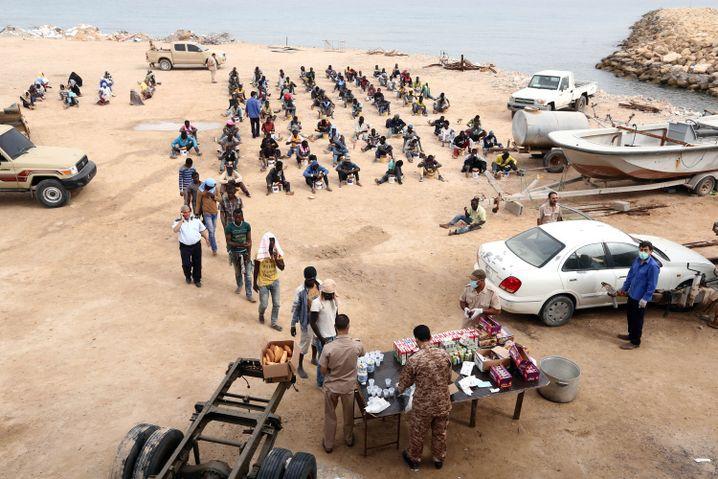 Afrikanische Migranten in Libyen: Schleuser warten auf gutes Wetter