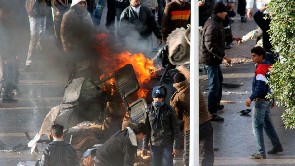 Schwere Krawalle in Tunis: Regierungsgegner widersetzen sich Ausgangssperre