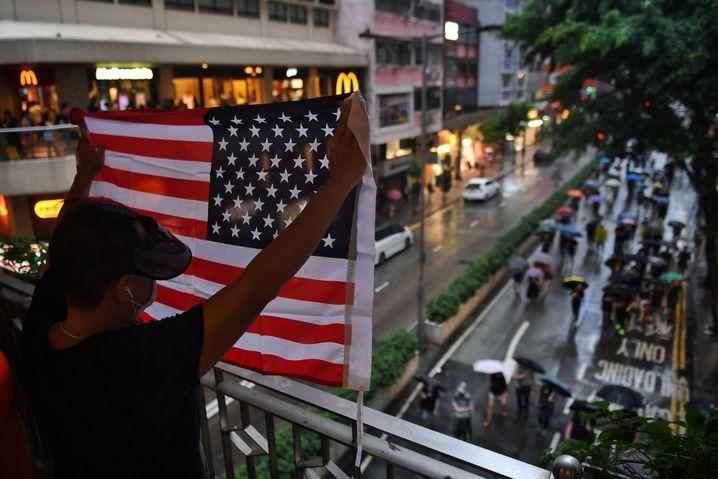 Mann mit US-Flagge am Sonntag in Hongkong: Zorn auf die Regierung