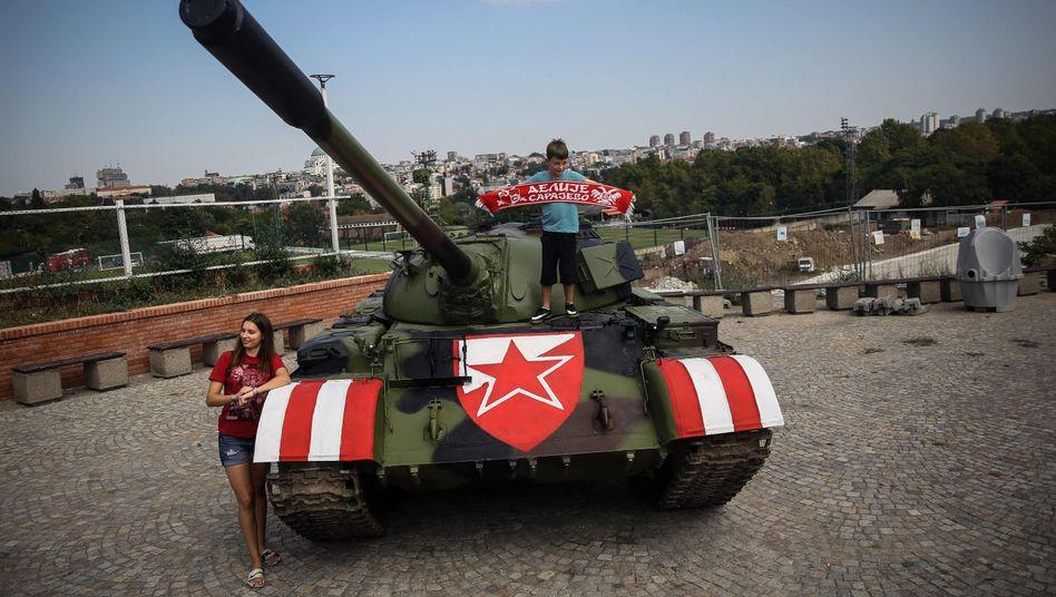 Panzer vor dem Stadion: Fans von Roter Stern Belgrad machen Erinnerungsfotos