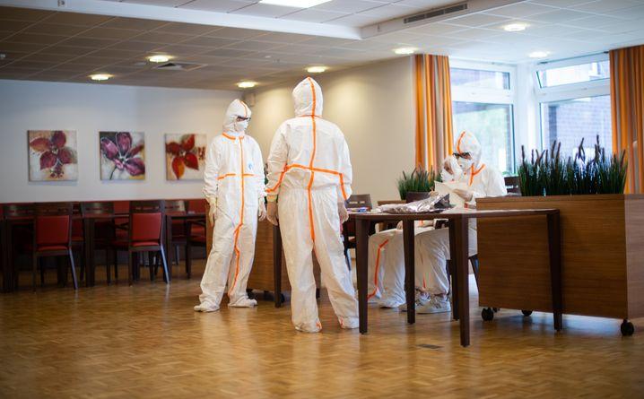 Vier Mitarbeiterinnen in einem Altenzentrum in Heinsberg warten auf einen Corona-Test (7. April 2020): Scharfe Maßnahmen frühzeitig ergriffen