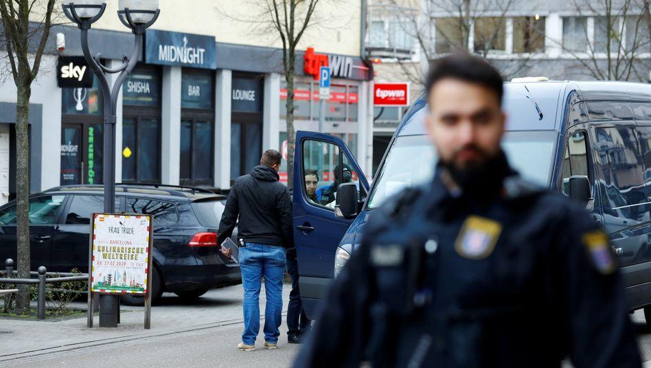 Ermittler an einem der Tatorte in Hanau: ein rassistischer Anschlag