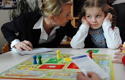 A four-year-old German girl takes part in a game designed to test her linguistic competence. A UN report Wednesday criticized Germany's school system.