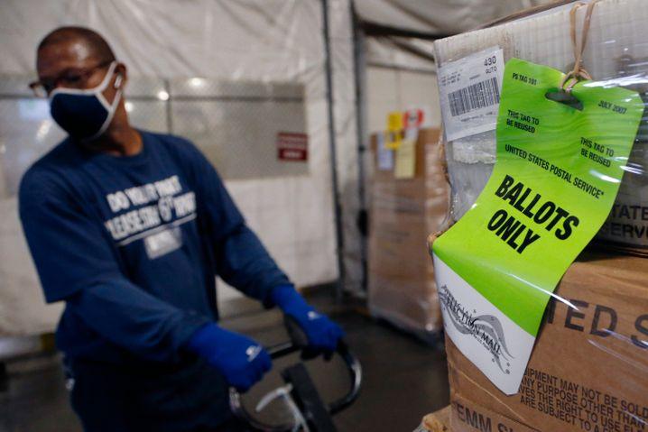 Noch unausgefüllte Wahlzettel in Ohio auf dem Weg zu Bürgern, die bei der diesjährigen Präsidentschaftswahl Briefwahl beantragt haben