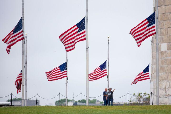 US-Fahnen auf Halbmast, zu Ehren der Covid-19-Opfer im Land