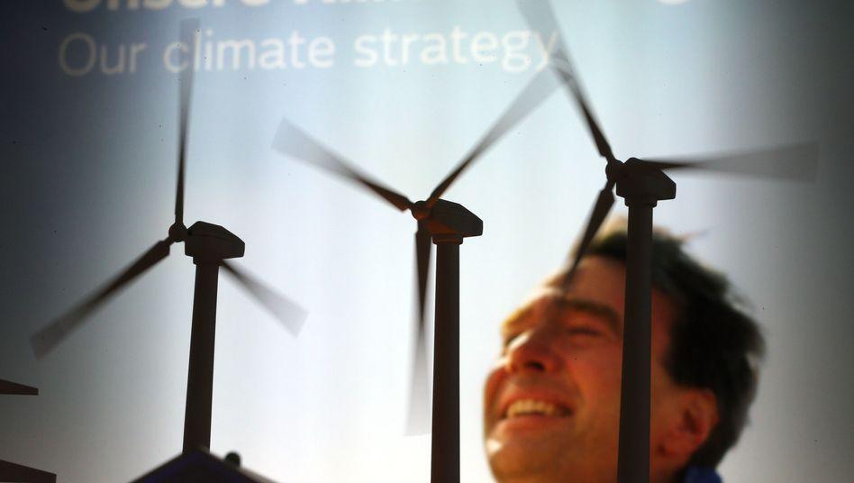 Modell-Windräder vor einem Werbeplakat von Vattenfall: Höheres Wachstum geplant