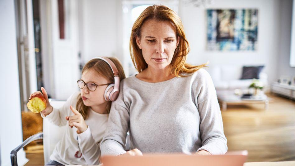 Homeoffice stellt die Work-Life-Balance vor neue Herausforderungen: Wie schafft man es, dass der Job nicht das Privatleben kapert?