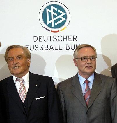 """DFB-Präsident Mayer-Vorfelder (l.), Generalsekretär Schmidt: """"Etwas Schriftliches"""""""