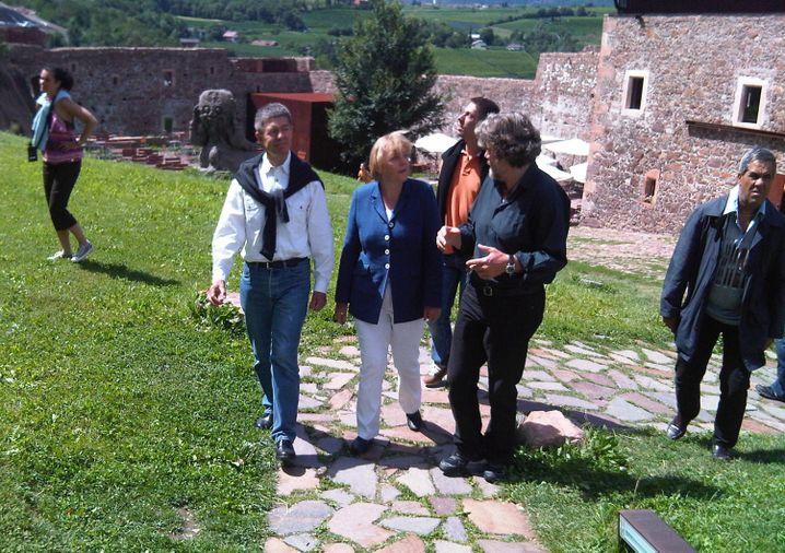 Ein Foto aus dem Sommer 2010 in Südtirol: Joachim Sauer (l.), Angela Merkel und Reinhold Messner im Gespräch