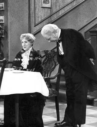 """""""Cheerio, Miss Sophie!"""" Wie jedes Jahr serviert Diener James der Dame das Geburtstagsmenü"""