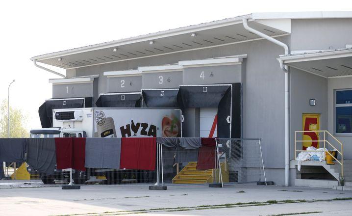 Nahe der Ortschaft Nickelsdorf wurde der Lkw in ein kühlbares Warenlager gebracht und forensisch näher untersucht