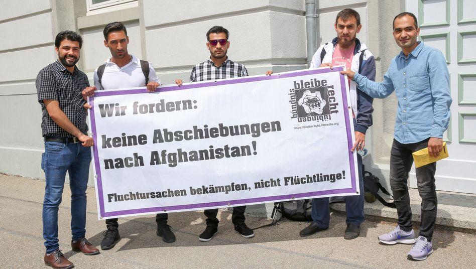 Der zurückgeholte Flüchtling Haschmatullah F. (r.) protestiert mit anderen Asylbewerbern vor dem Verwaltungsgericht gegen Abschiebungen nach Afghanistan