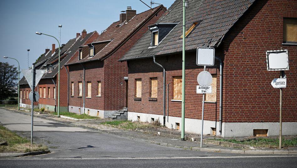 Geisterdorf Morschenich: Viele Häuser stehen leer, die Fenster hat RWE zugenagelt. Die meisten Bewohner sind umgesiedelt.
