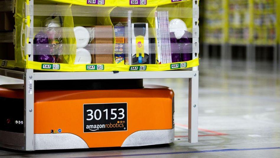Ein Roboter in einem Amazon-Lagerhaus