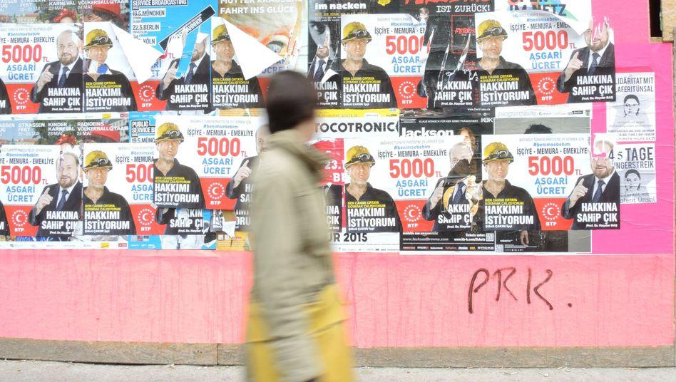 Wahlplakate in Berlin: 1,4 Millionen Türken in Deutschland waren zur Wahl aufgerufen