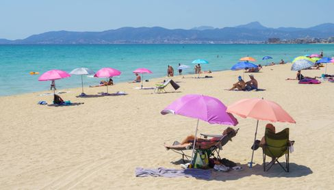Urlauber am Strand von Mallorca