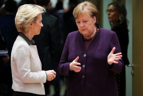 Ursula von der Leyen (l.) und Angela Merkel