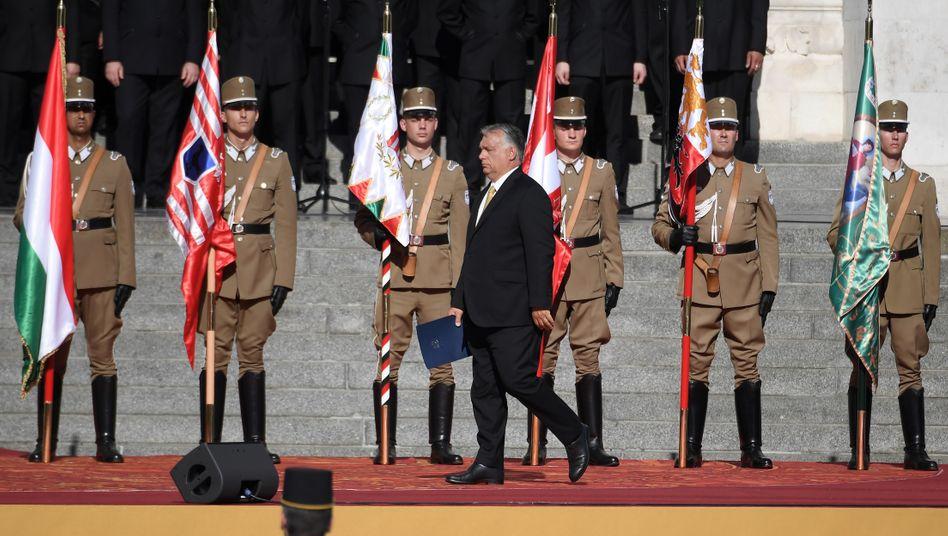 """Ungarns Premier Orbán bei Einweihungszeremonie des """"Denkmals der nationalen Zusammengehörigkeit"""" vor dem Parlament in Budapest"""