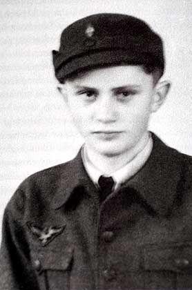 Pflichtdienst im Jungvolk: Joseph Ratzinger als Flakhelfer auf einem Foto von 1943