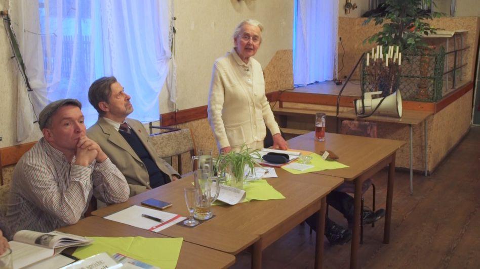 Haverbeck (r.) mit NPD-Funktionären Püschel und Thiel (l.) in Naumburg: Neujahrsempfang mit der Holocaust-Leugnerin