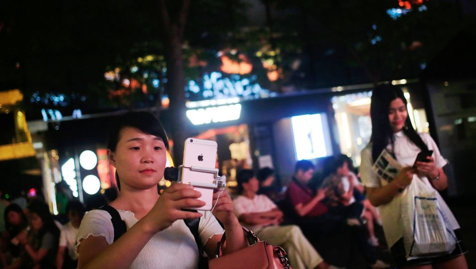 iPhone-Nutzerin in Peking (Archivbild)