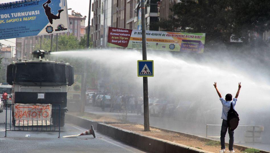 Polizeieinsatz in Diyarbakir: Tote bei Anschlägen und Gefechten