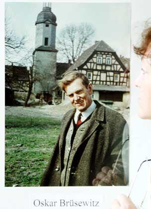Die Oskar-Brüsewitz-Ausstellung im Schlossmuseum Zeitz: Das Bild zeigt den Pfarrer und die Kirche, vor der er sich später aus Protest anzündete.