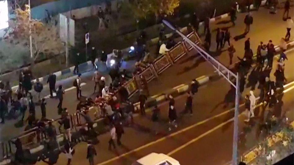 Demonstranten an Polizei-Absperrung in Teheran