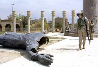 Die Statue des Tyrannen liegt am Boden. Doch anstatt Frieden herrschen Gewalt und Willkür