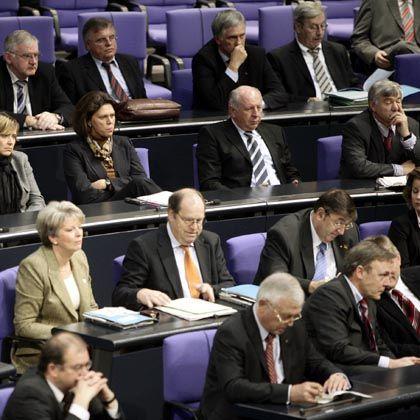Abgeordnete im Plenum des Bundestages: Für die Parlamentarier gibt es höhere Diäten
